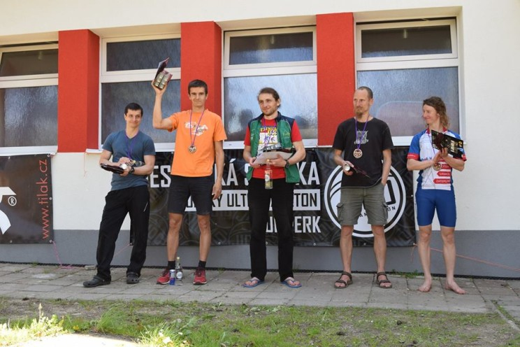 zleva medailisté Zdeněk Hruška, Petr Hének, Václav Král. Dále já a Ondřej Kovářík s cenou útěchy za disqalifikaci.